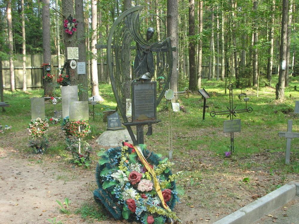"""Denkmal für die Finnen von Ingermanland, die Opfer politischer Repression wurden auf dem Friedhof """"Lewaschowskaja Einöde"""" St. Petersburg, erbaut 1994."""