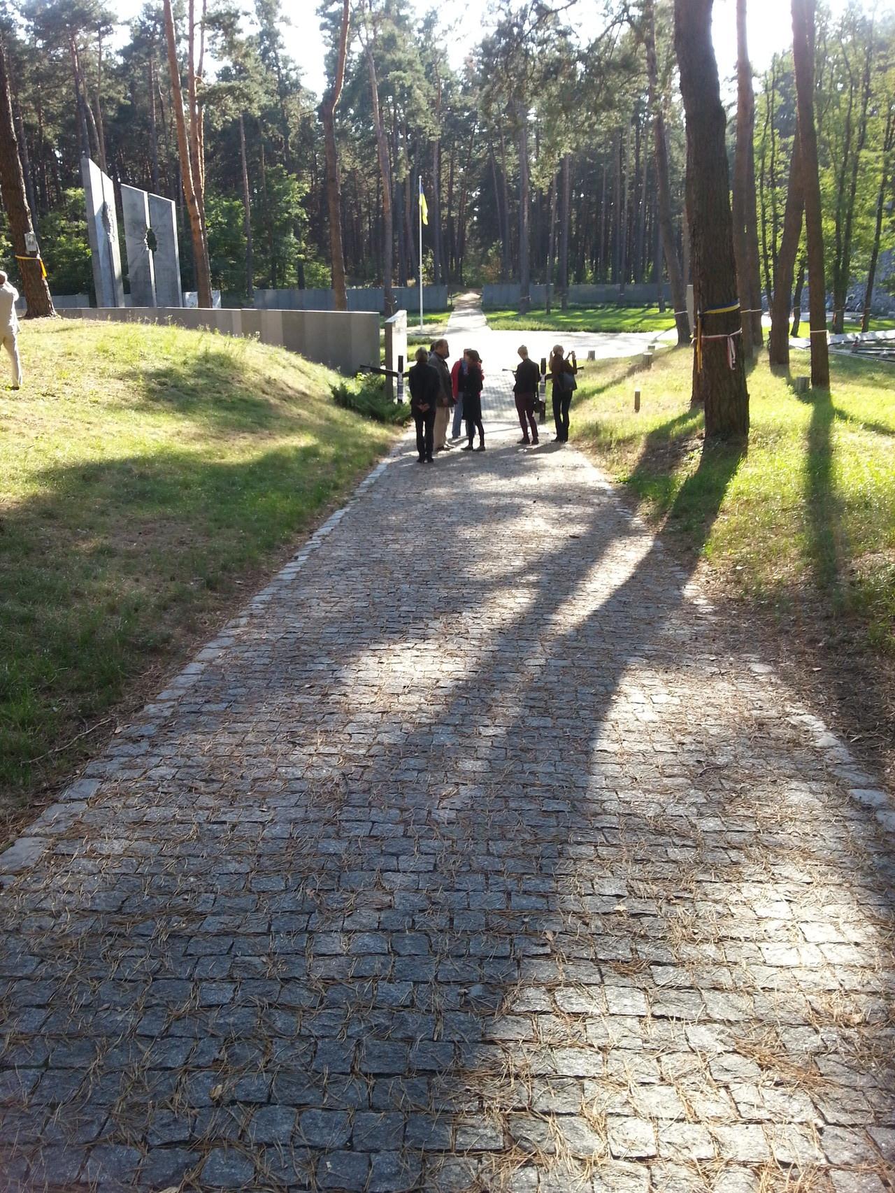 Wir mit Wissenschaftlerin auf dem Weg zun ukrainischen Teil des Friedhofs