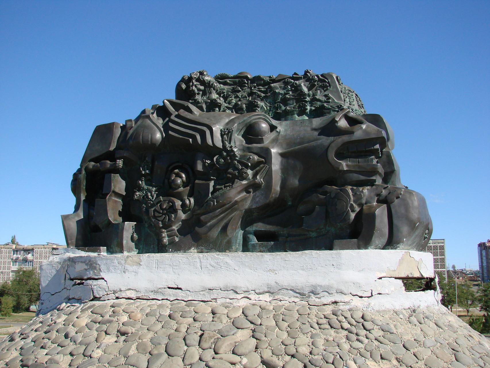 """Denkmal für die Opfer der Deportation der Kalmyken, """"Exodus und zurück."""" In der Hauptstadt Elista, im Jahr 1996 installiert."""