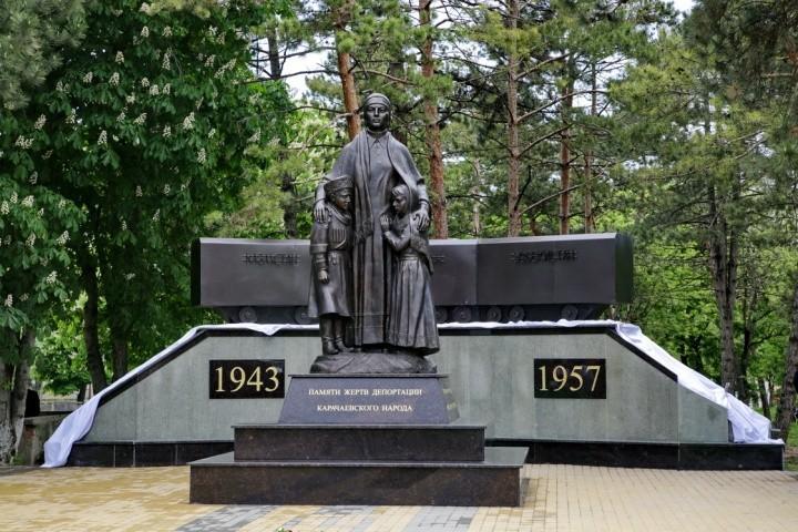 Denkmal für die Opfer der politischen Repression und Ausweisung von Karachaiern nach Zentralasien (in den Jahren1943-1957) Karachai-Tscherkessische  Republik, Dorf Uschkeken. Errichtet 2014.