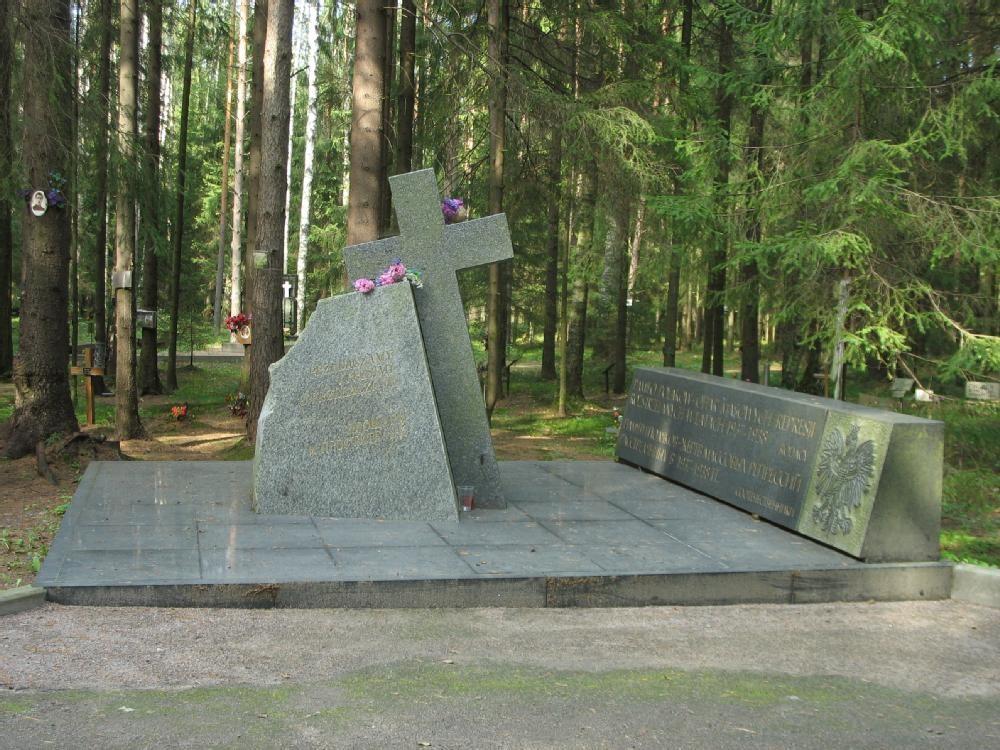 """Ein Denkmal für die in den Jahren 1937-1938 massenhaft ermordeten sowjetischen Polen am Ehrenfriedhof """"Levaschovskaja Einöde"""" in St. Petersburg, der1993 gegründet wurde. Die Inschriften erinnern an den Massenmord  an 600- bis 800.000 sowjetische Polen."""