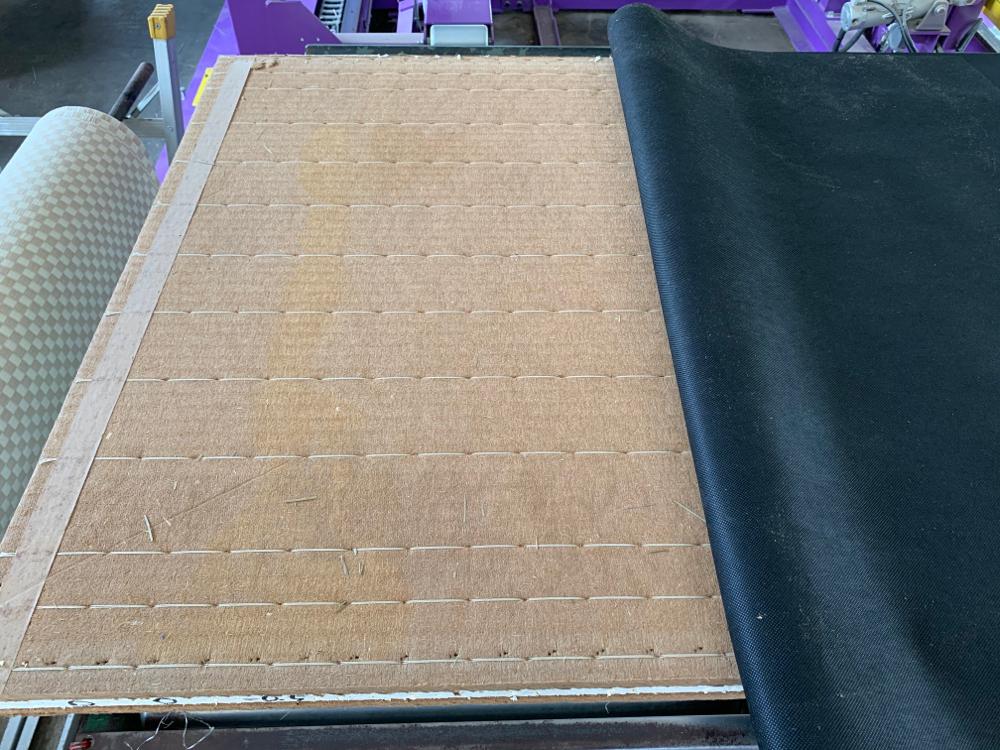 竹炭シートを包み込みます。