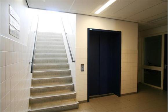 Hal van het gebouw en de lift