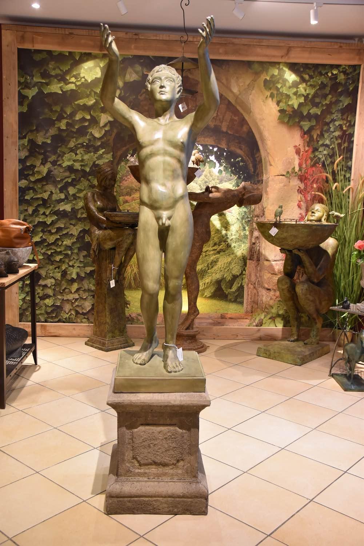 Bronzefigur BETENDER KNABE, auf Steinpodest HERKULES 50 cm