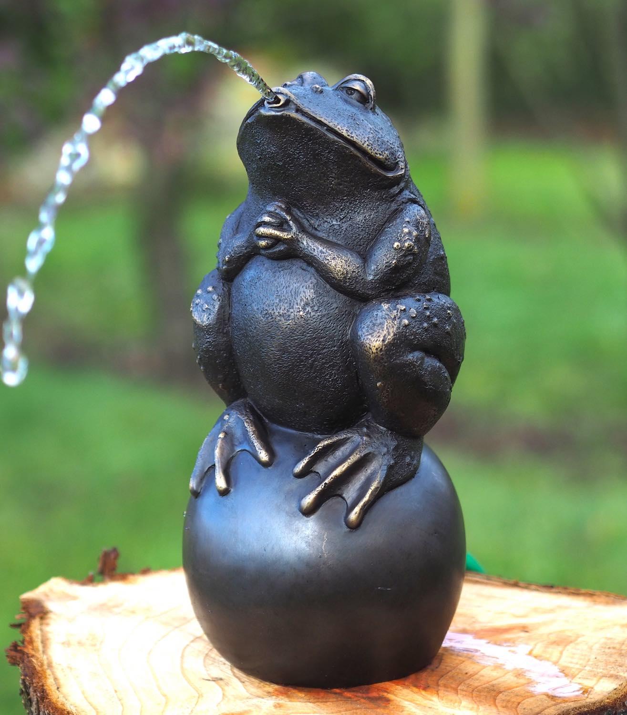 FROSCH KUGEL, Bronzewasserspeier, Bronzefigur