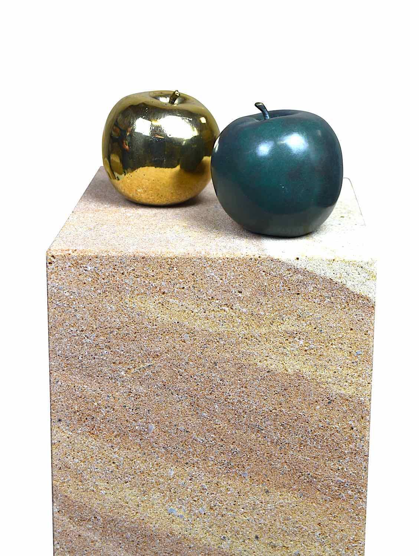 Podest ELBSAND mit Bronzeobjekten APFEL