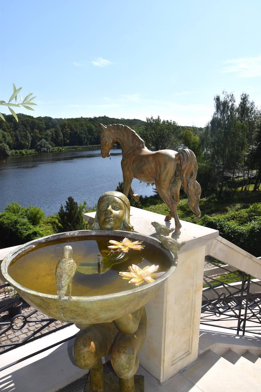 Bronzebrunnen ALESSIA, mit Bronzepferd CADENZA-II, Kundenfoto