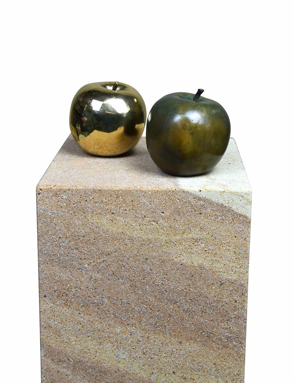 Bronzeobjekte APFEL auf Podest ELBSAND