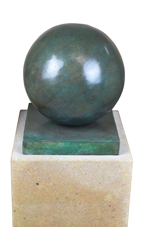 Bronzefigur KUGEL 20 cm, grün patininiert, auf Podest ELBSAND 75x25x25 cm