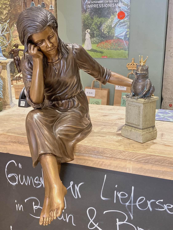 MARTINE, Bronzeskulptur, braun patiniert, mit Froschkönig auf Minipodest