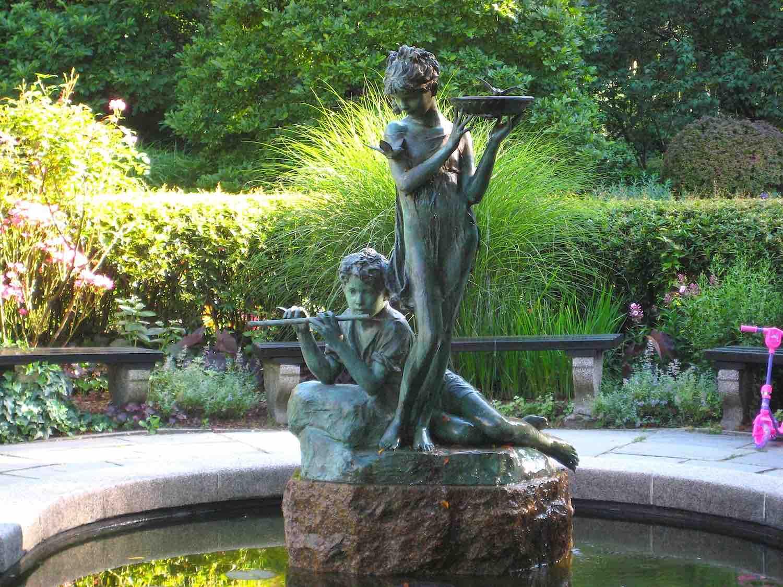 """Brunnenfiguren """"The Secret Garden"""" von Bessie Potter Vonnoh im Central Park, New York City.."""