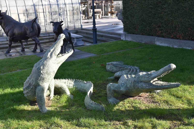 Bronzewasserspeier Krokodil JOE, 110 cm hoch, rechts: Krokodil JACK