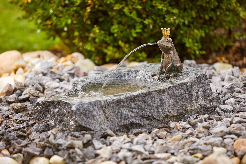 Bronzewasserspeier Froschkönig CHARLES, auf Schale (nicht im Lieferumfang)