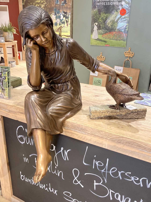 MARTINE, Bronzeskulptur, braun patiniert, mit Ente ADELE