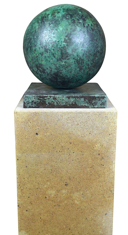Bronzefigur KUGEL 20 cm, antik patininiert, auf Podest ELBSAND 75x25x25 cm