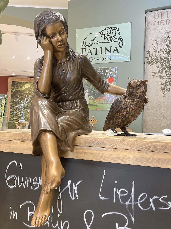 MARTINE, Bronzeskulptur, braun patiniert, mit Eule NOCTUS