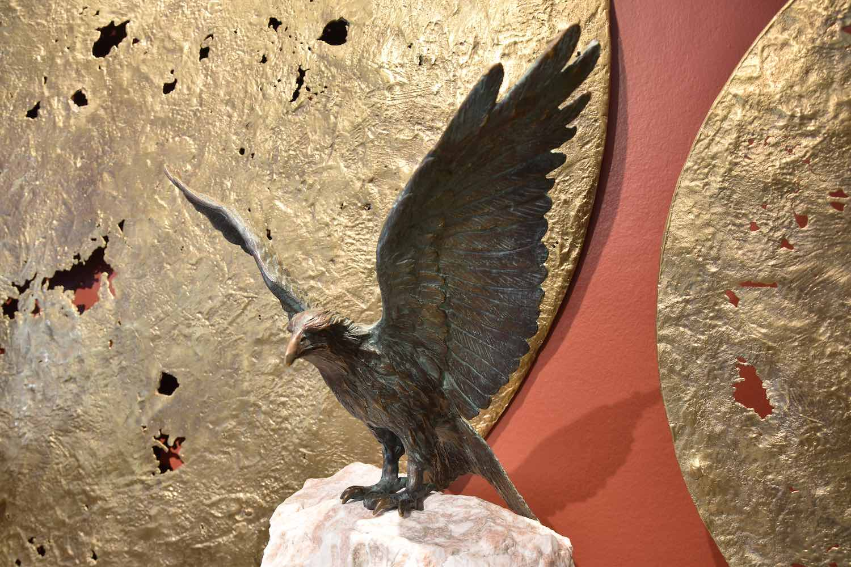 Bronzefigur Vogel ROTER MILAN, opional mit Marmorsäule
