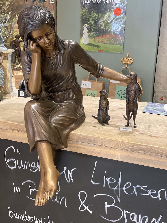 MARTINE, Bronzeskulptur, braun patiniert, mit ERDMÄNNCHEN