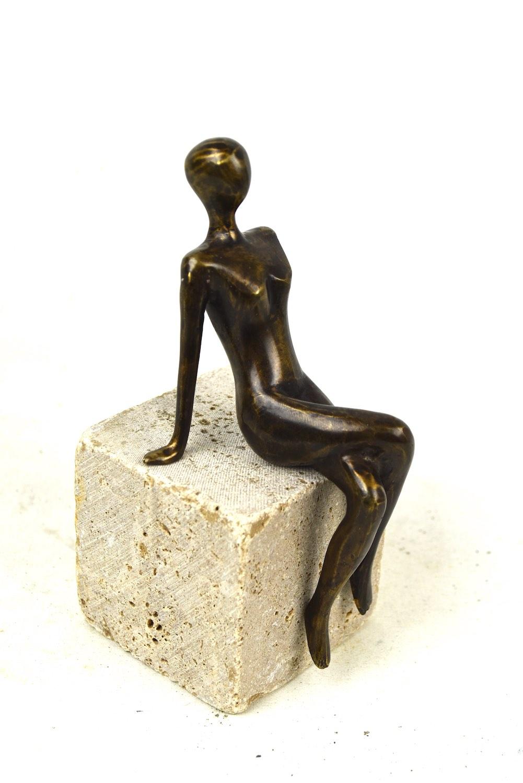 ELISA 17 cm, Bronzefigur, auf Podest TRAVERTIN
