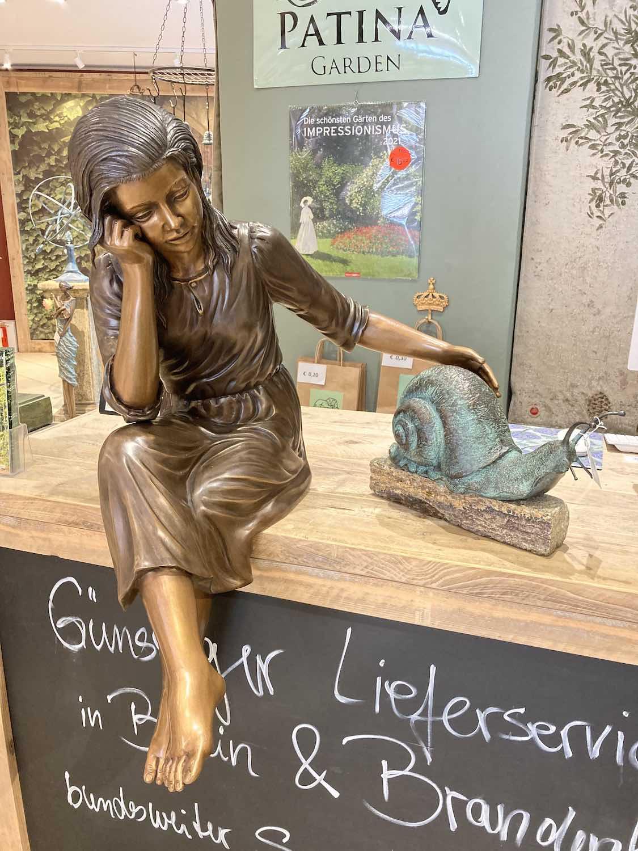 MARTINE, Bronzeskulptur, braun patiniert, mit Schnecke GERD