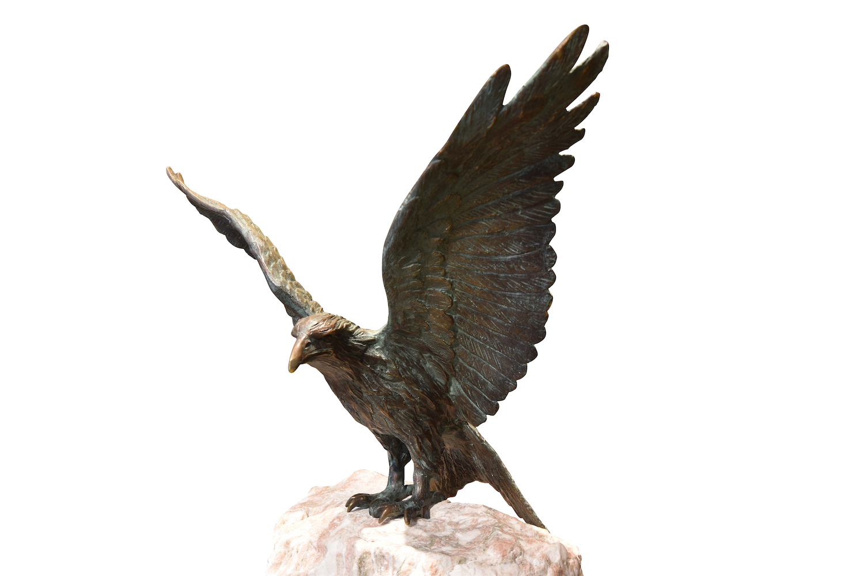 Bronzefigur Vogel ROTER MILAN mit Marmorsäule