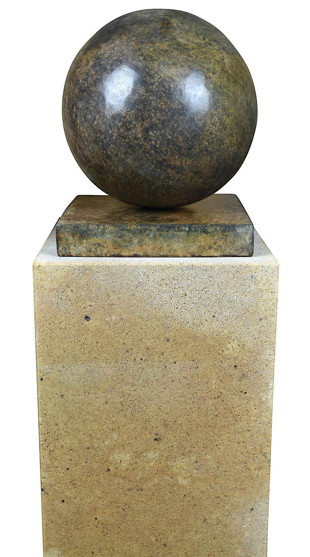 Bronzefigur KUGEL 20 cm, braun patininiert, auf Podest ELBSAND 75x25x25 cm