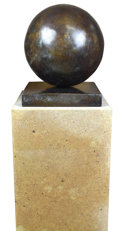 Bronzefigur KUGEL 20 cm, grün-bronze patininiert, auf Podest ELBSAND 75x25x25 cm