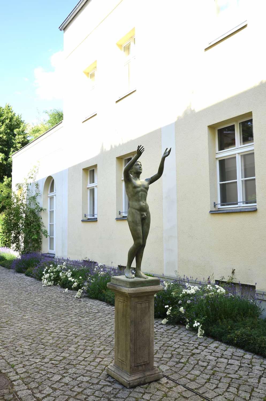 Bronzefigur BETENDER KNABE, auf Steinpodest