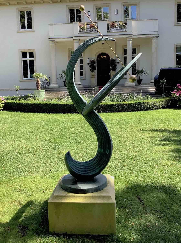 Bronzesonnenuhr GAUSS auf Podest aus Vicenza Kalkstein