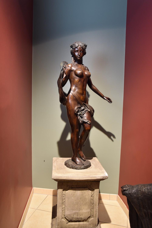 Bronzefigur MARIAM, auf Podest HERKULES 65-46-46