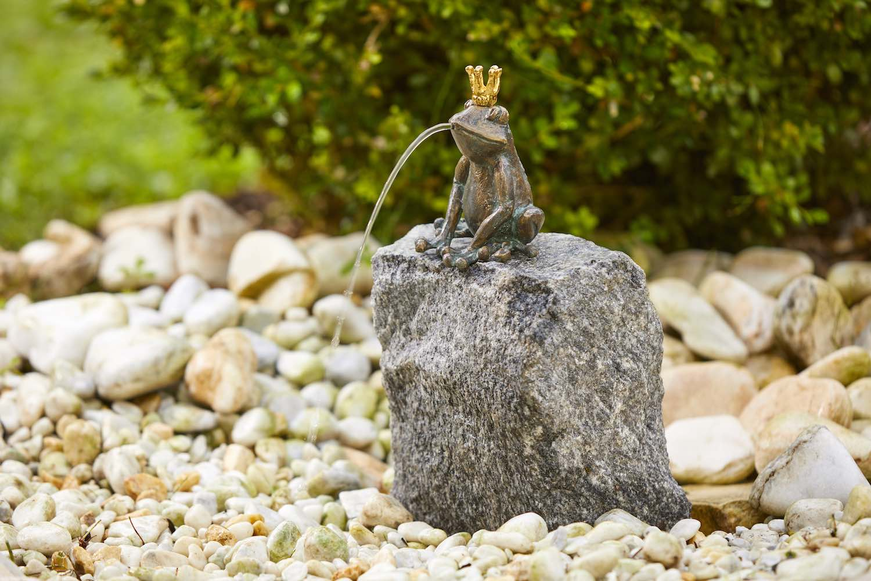 Bronzewasserspeier Froschkönig CHARLES, auf Stein (nicht im Lieferumfang)