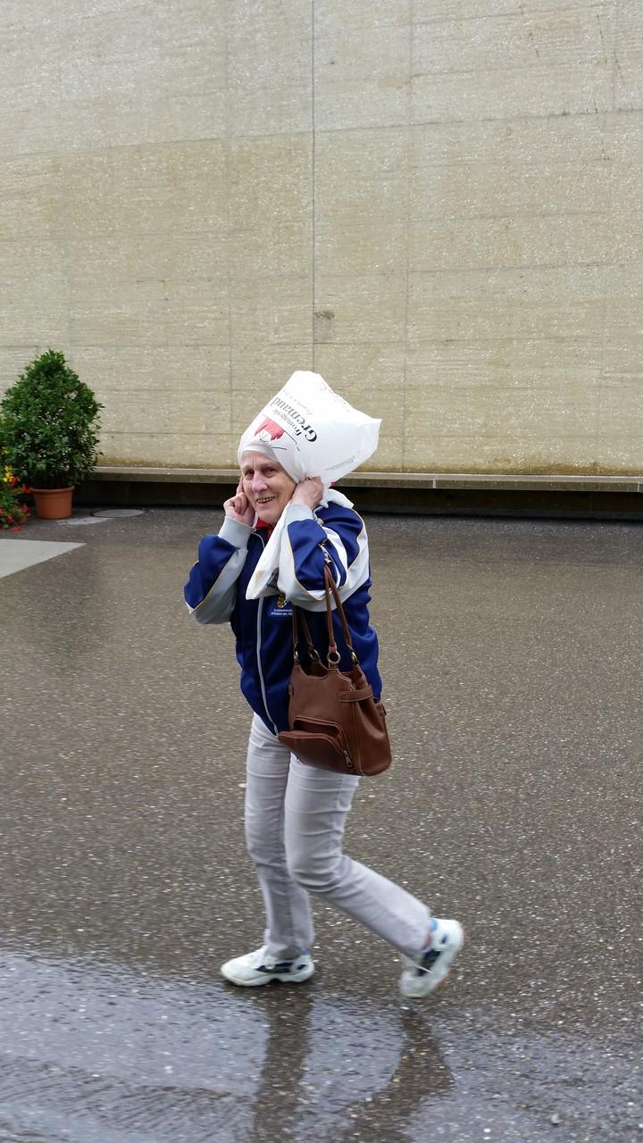Martha Grossenbacher wusste sich gegen den Regen zu schützen
