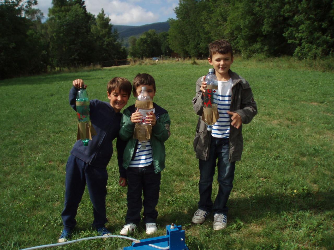 Des petits gars très contents de leur fusée.
