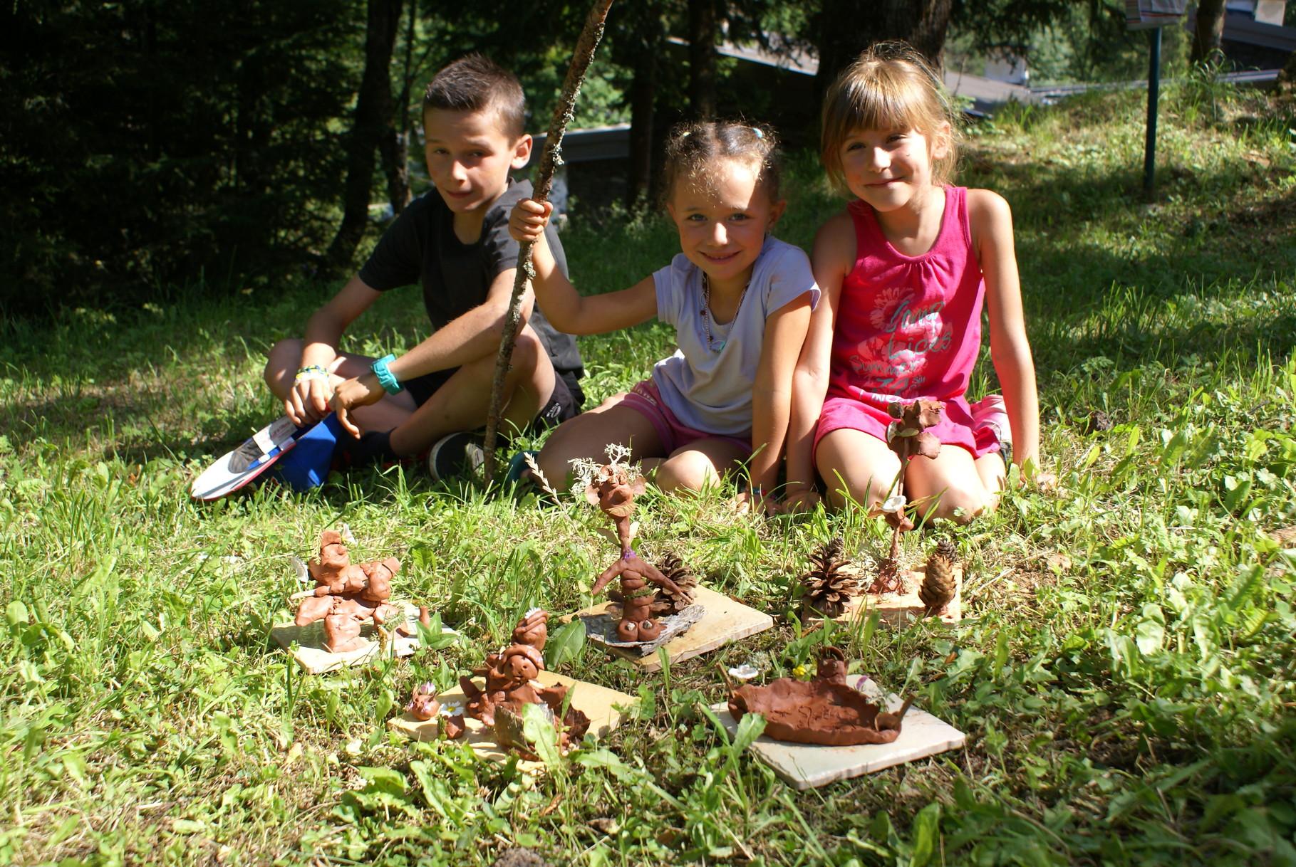 Les enfants et leurs terres cuites.