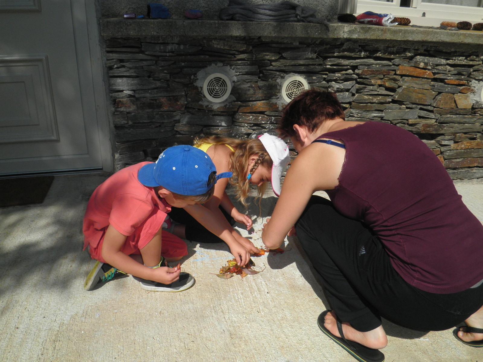Avec Cristina, les enfants font du Land'art et réalisent un mandala.