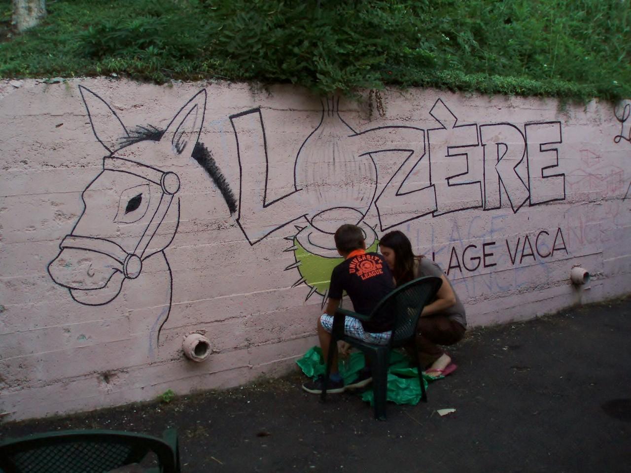 Carole et Théo s'appliquent à peindre la bogue de la Lozère!