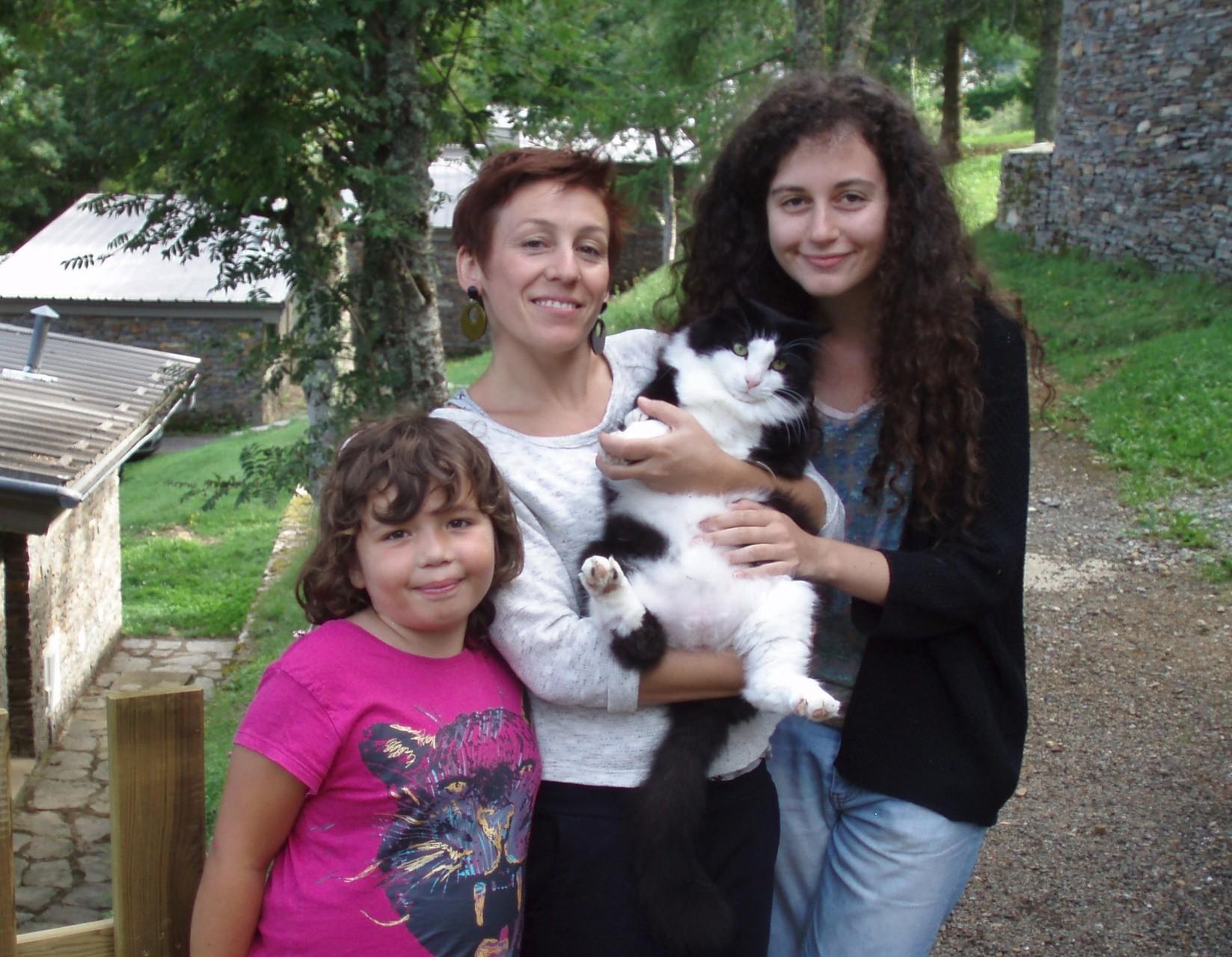 La petite Camille, Cristina notre animatrice, son chat Léon et Roxanne notre stagiaire BAFA.