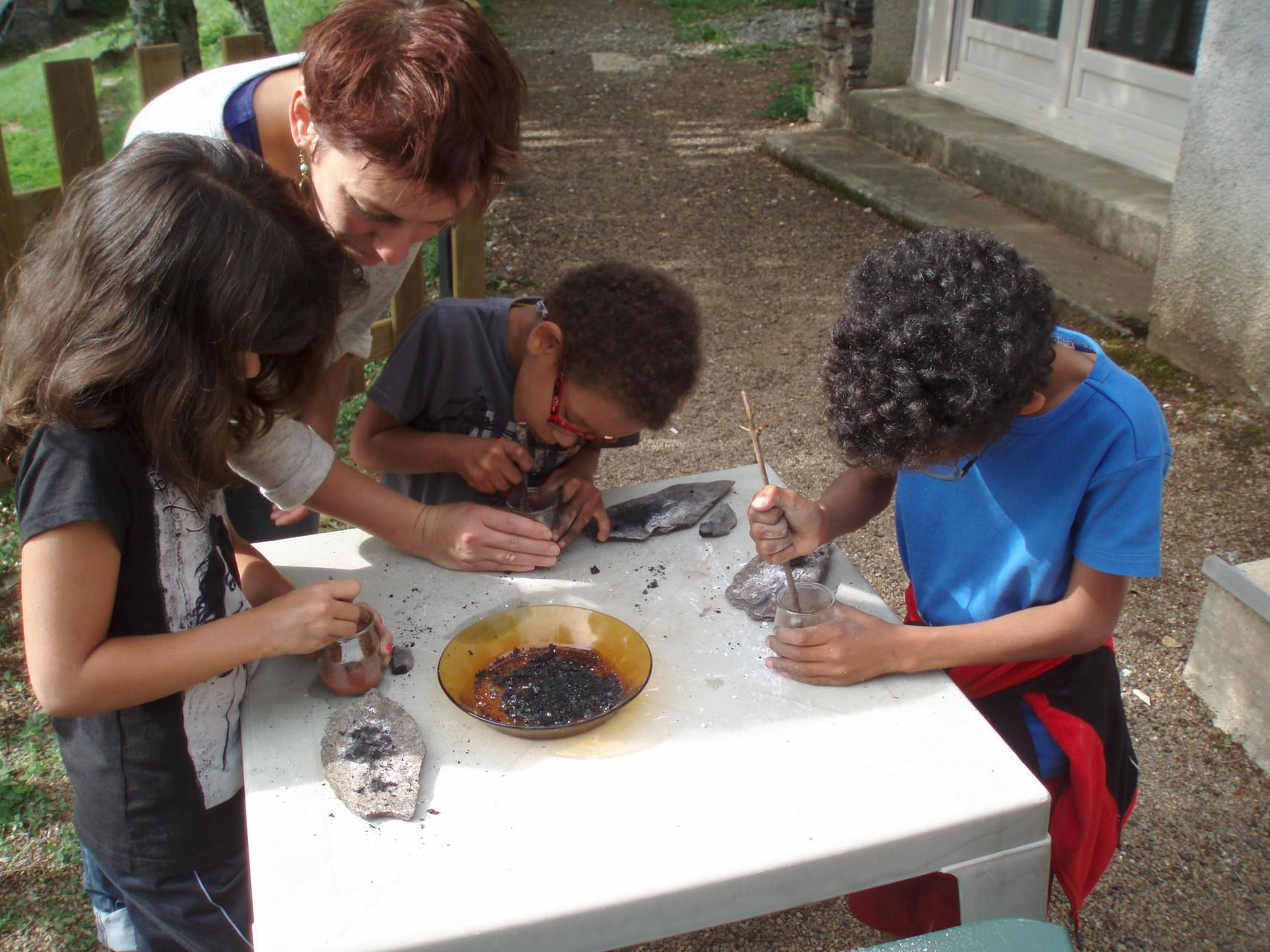 Avec Cristina, les enfants réalisent des peintures corporelles.
