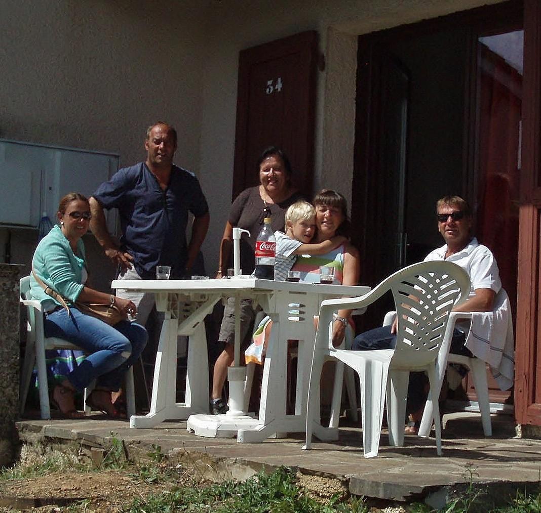 Serge, Florence et une partie de leur famille.