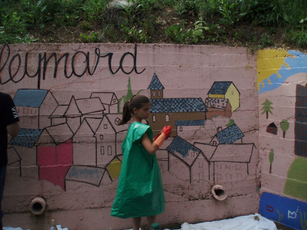 les enfants continuent à colorier la fresque.