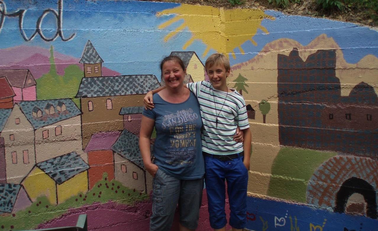 Cyril et sa maman tous fiers d'avoir participé à l'oeuvre!