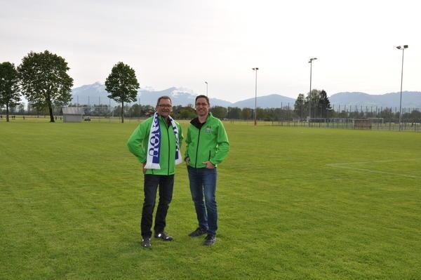 Schwingen statt Fussball: Kuno Jocham, Präsident  FC Widnau und OK-Vizepräsident, mit Markus Wüst, OK-Präsident des 105. St.Galler Kantonalschwingfests. (Bild: acp)