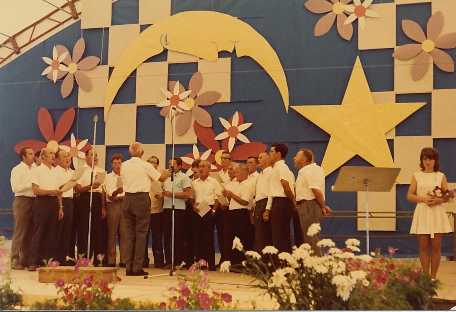 11.7.1971::Gesangsvortrag unter dem Wappen von Niederglatt