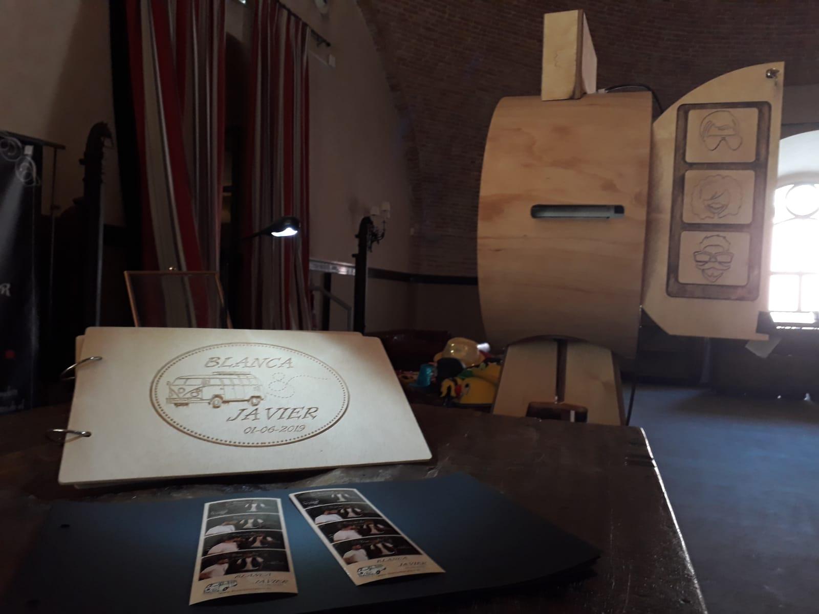 Nuestro Pack de Madera: Fotomatón + Libro personalizado en Madera