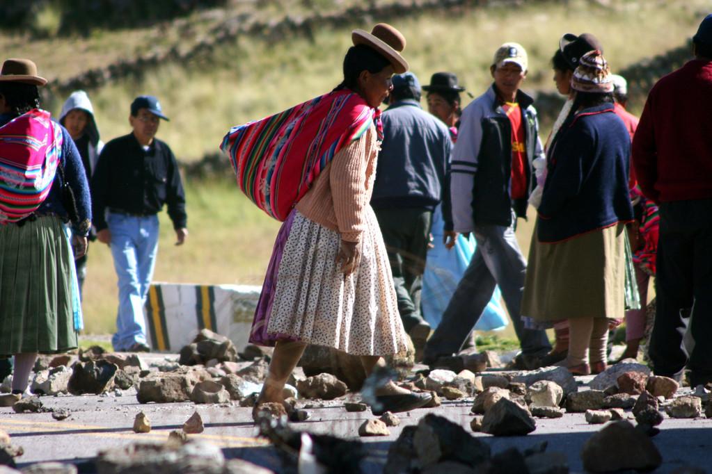 Vestite negli abiti tradizionali peruani