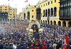 Processione del Signore dei Miracoli in Plaza de Armas a Lima