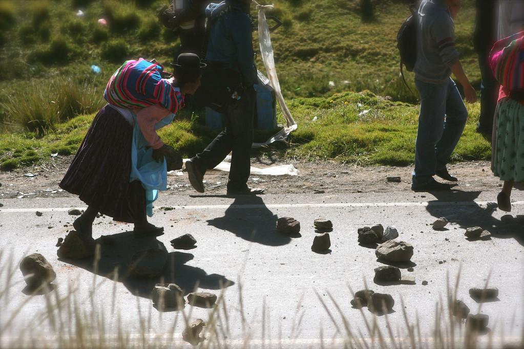 gridano in Quechua e spagnolo