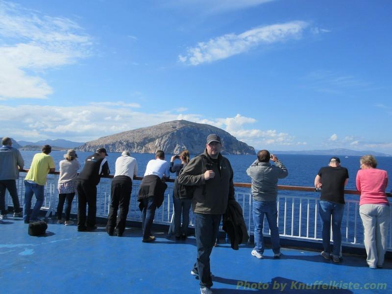 die ersten Hügel von Sardinien in Sicht!