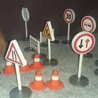 Jetzt stehen Verkehrsschilder überall angeordnet herum