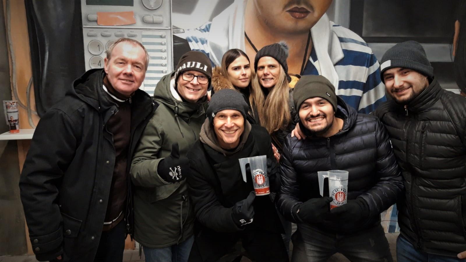 von links nach rechts: Michael S., Torsten, Matthias Schwede, Tochter von Matthias, Ute Schwede, Ramadan und ihr Freund, die alle aus Bremen kamen. Der Sohn Tobias Schwede ist Fußballprofi für Wehen Wiesbaden.